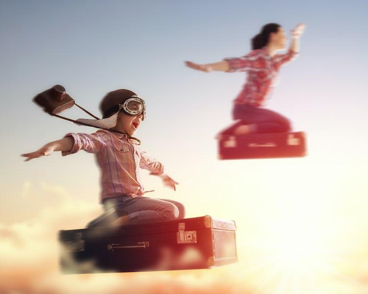 ごっこ遊びで空を飛ぶ子どもとママ